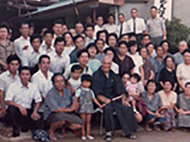 昭和47年、勢田町の伊勢念法寺の前で親先生を囲んで