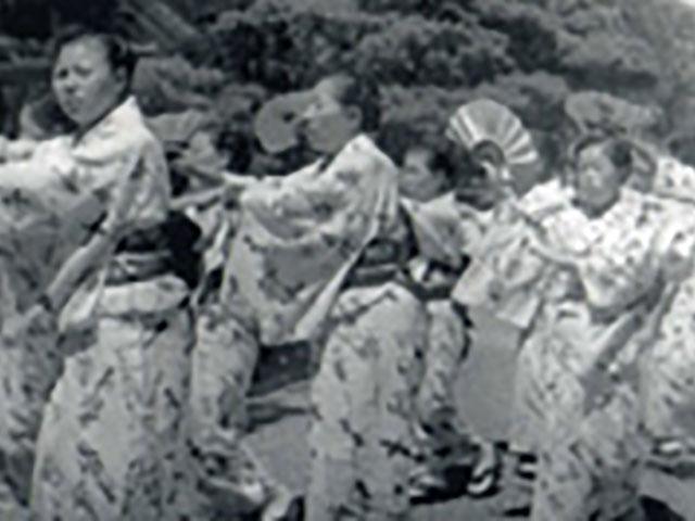 昭和26年、旅からすの浴衣を着て踊る信徒の皆さん