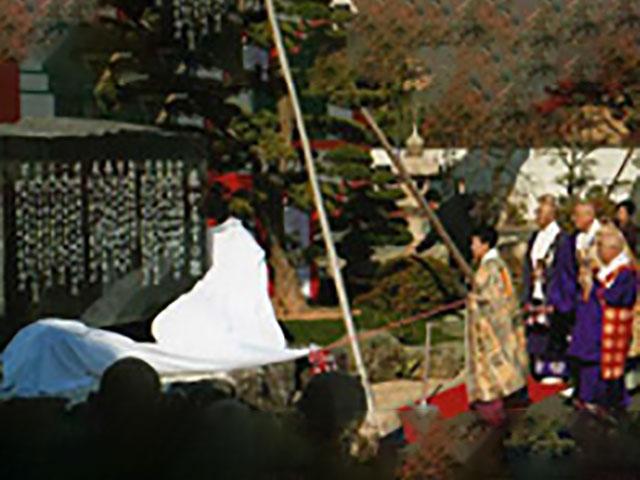 「旅からすの歌」歌碑の除幕式典には、三代ご燈主様も参加