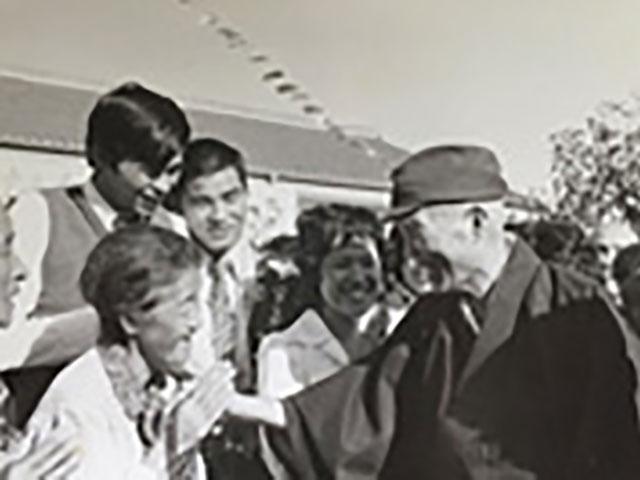 昭和45年ご親教後に信徒に声をおかけになる親先生