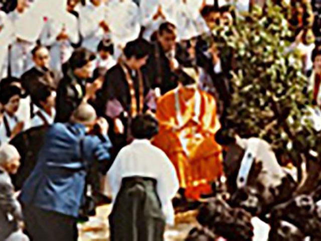 創立10周年の記念行事で、豊後梅をお手植えされる親先生