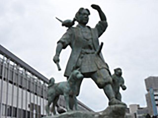 JR岡山駅前に建つ桃太郎像