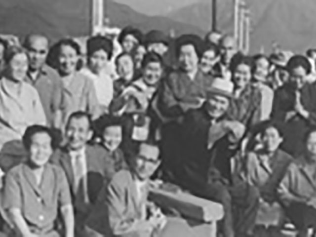 JR紀勢本線・相賀駅のホームにて。親先生をお見送りをする信徒たち