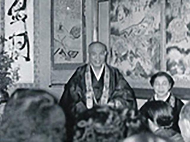 香住での初親教で、集まった多くの人の前でお話しされる親先生(昭和30年5月19日)