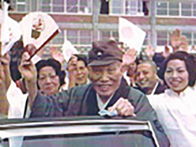昭和51年、奈良ドリームランドを借り切って行われたご親教の際、信徒に囲まれて笑顔の親先生