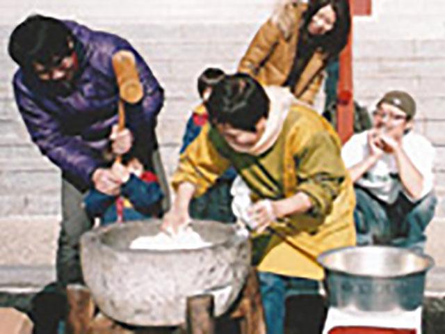 毎年12月29日にはたくさんの信徒が集まってお餅つき大会を開催