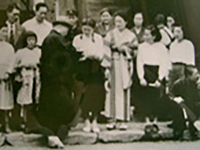 昭和27年6月14日、初めて名古屋に訪れられた際、熱田神宮にお参りされ、自らカメラをお持ちになって記念撮影をされる親先生