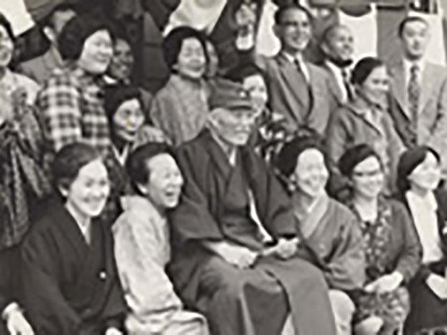 信徒に囲まれての記念撮影で微笑む親先生