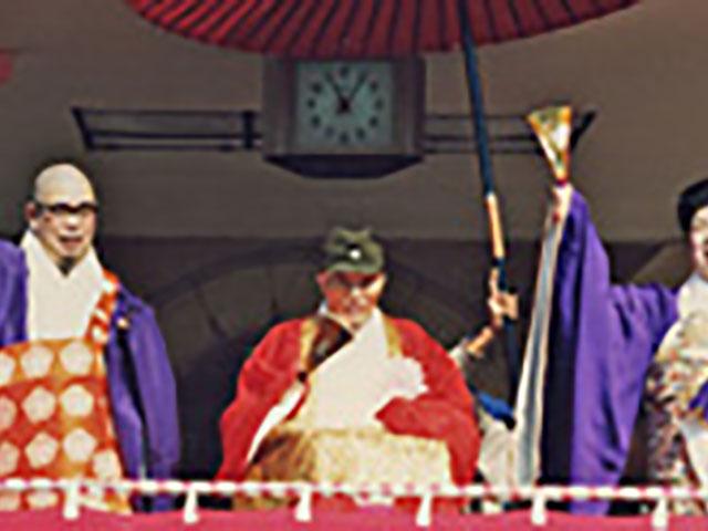 名古屋念法寺創立10周年の法要で、特設のお立ち台に上がられた親先生