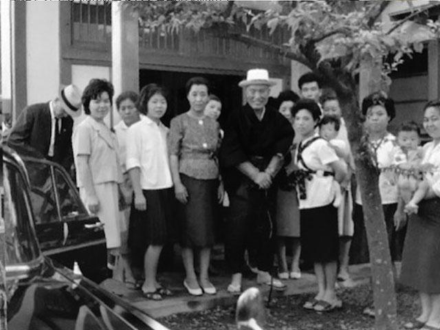 昭和44年6月26日、福地念法教会の前で信徒に囲まれる親先生