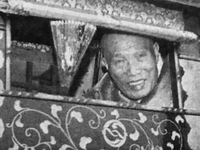 昭和49年、信徒の歓迎に神扇を振ってお応えになる親先生