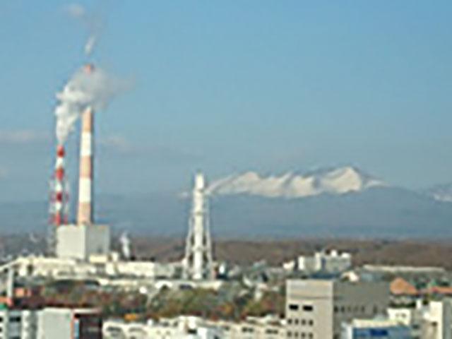 王子製紙苫小牧工場と奥にそびえるのは樽前山