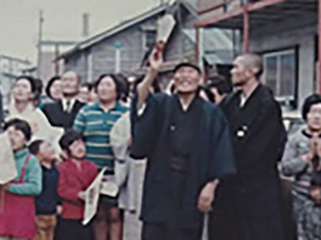 昭和47年5月、信徒宅での初親教の折りに、日想観を信徒に披露する親先生。