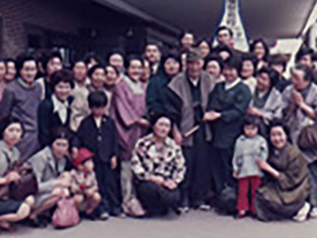 昭和48年、ご親教を終えて、千歳空港で信徒と別れを惜しまれる親先生