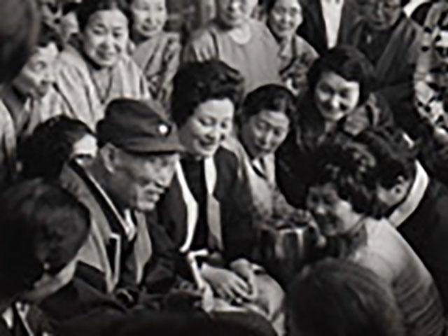 昭和49年、札幌ご親教の際に、信徒と話される親先生