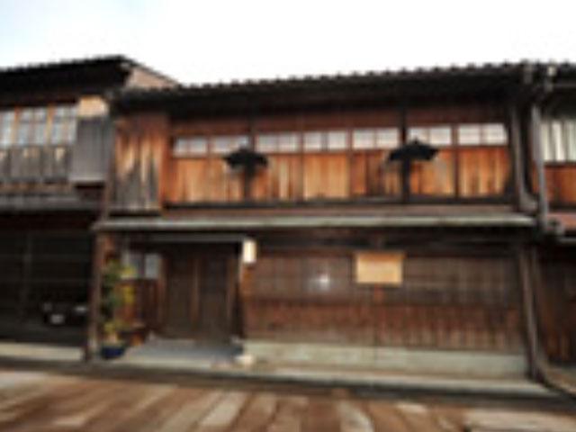 昔の面影を残す、出格子と石畳が美しい茶屋建築の町並み