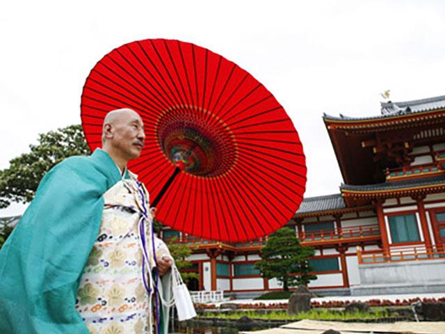 傘と法衣は拝殿と同じ鮮やかな色彩