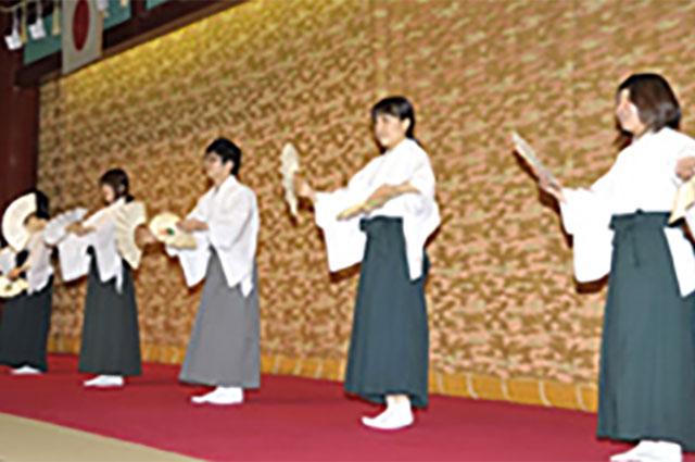 念法踊りを披露する青年会