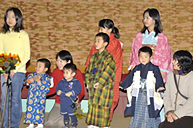 お正月の歌を合唱する子供たち