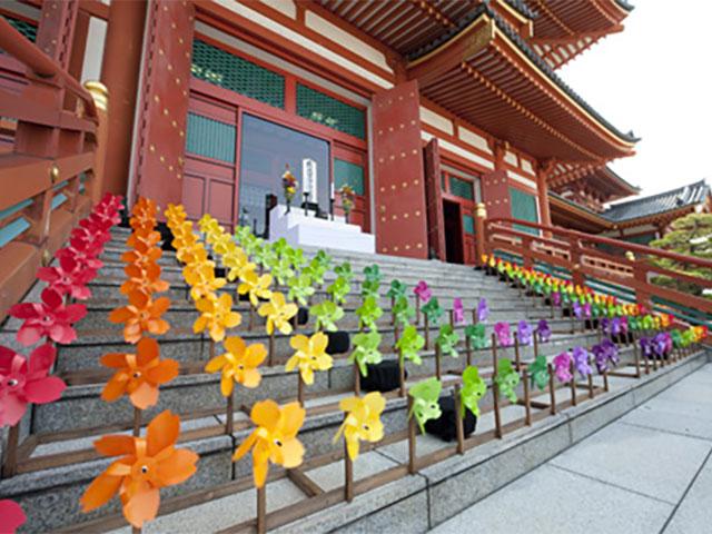 拝殿も鮮やかに飾り付けられました