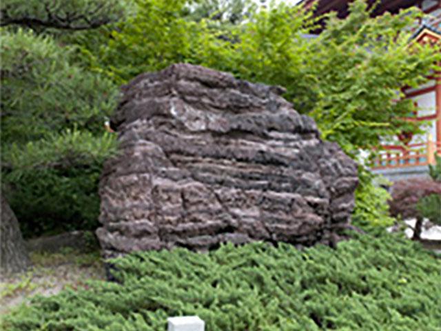 鎧(よろい)岩