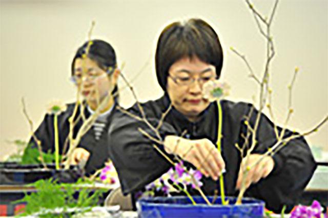 平たい器に花を生ける「盛花(もりばな)」