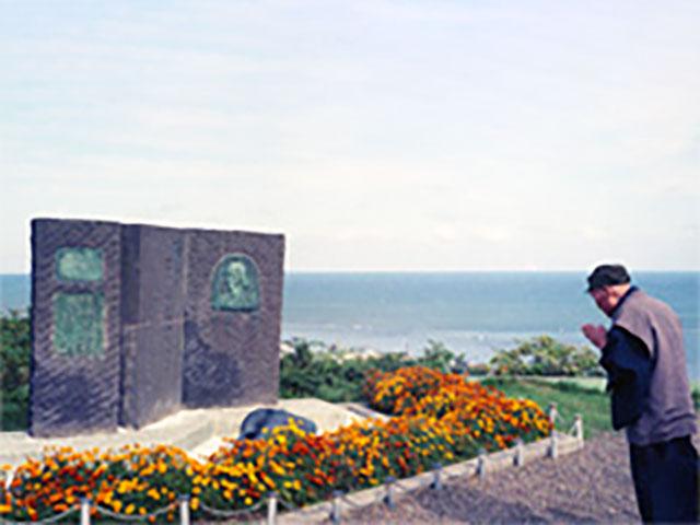 「九人の乙女の碑」に参拝する親先生