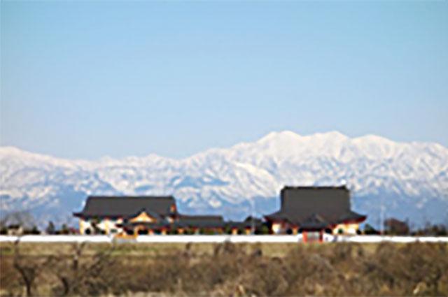 白銀に輝く立山連峰を望む富山念法寺