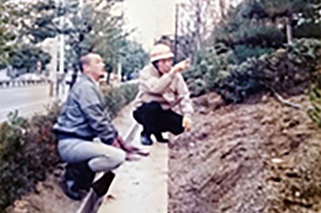 花の植え方を指導される二代目燈主(右)と桶屋先生